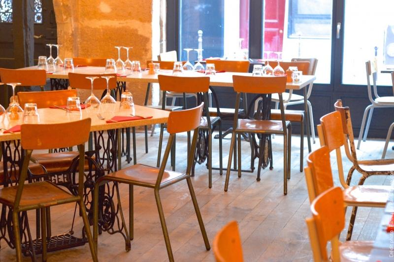 This is a picture of the interior of Les Pinces at Paris, which is a nice restaurant in Paris.
