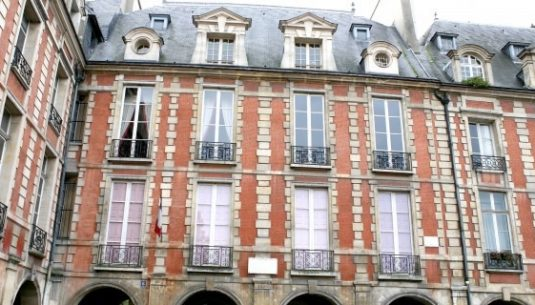 This is a picture of the outdoor of the maison de victor Hugo at Paris.