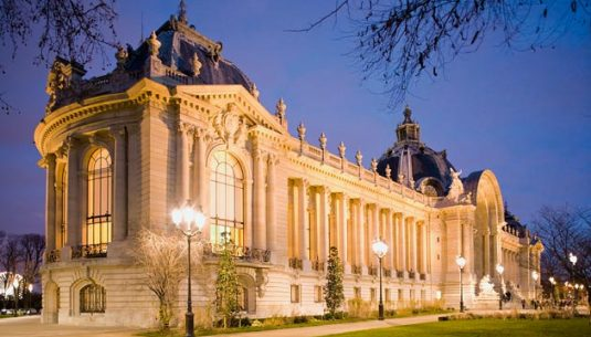picture of the outside of the petit palais at Paris.
