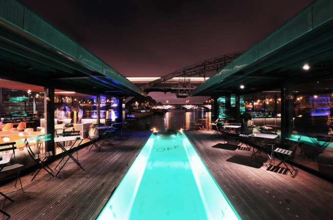 a good attraction : a pool on a peniche in Paris