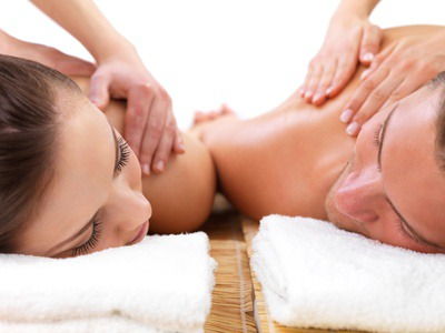 Picture of 2 people on a massage table at Paris;