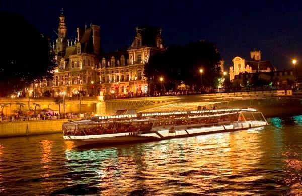 Picture of a peniche in Paris.