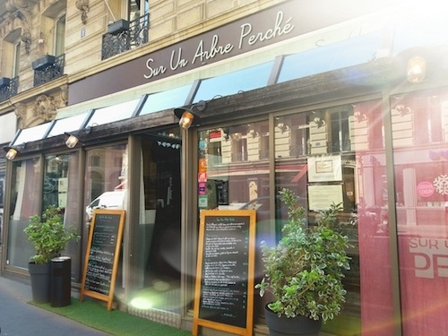Picture of the outside of a nice restaurant in Paris.